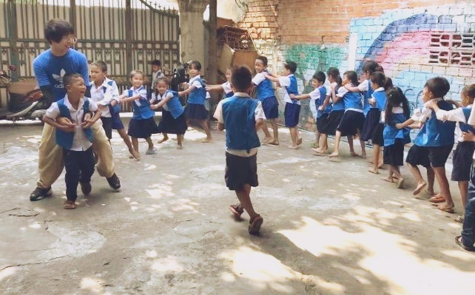 教育ボランティア谷口知章さんとカンボジアの子供たちの休み時間の様子